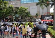 H&M Việt Nam đã chính thức mở cửa đón khách, đông tới nỗi bên ngoài kẹt cứng, bên trong loạn lạc