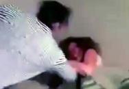 Bắt quả tang vợ ngoại tình, chồng nổi máu điên đánh gã bồ bất tỉnh rồi quay sang hành hung vợ