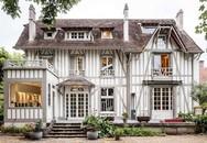 Ngôi nhà gỗ bên ngoài nhìn như nhà cổ nhưng nội thất bên trong hiện đại đến bất ngờ