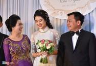 Thu Ngân mặc áo dài giản dị trong hôn lễ với đại gia