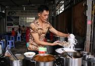 Người Sài thành tấm tắc bánh canh cá lóc Cường 'Đô La' với 3 lần vỡ nợ