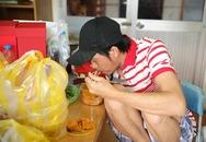 Hoài Linh ngồi co ro ăn bún trước giờ tập kịch