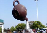 Đây chính là lý do giúp ấm trà khổng lồ lơ lửng trên không mà không rơi vỡ