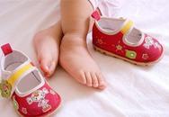 Mua giày rộng cho con đi để đỡ tốn tiền, mẹ không thể ngờ chân con thành thế này