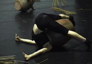 Nữ sinh trường múa tập luyện khó như xiếc