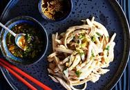 Nếu bạn đang ăn kiêng, bữa trưa chỉ cần món gà trộn này với chút rau củ là đủ chất rồi
