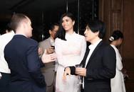 Trang Lạ không ngại hôn chồng đại gia trong đêm tiệc