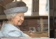 """Thanh xuân đã qua: Bắt gặp Nữ hoàng Anh đứng """"tần ngần"""" trước bộ đồ từng mặc hơn 60 năm về trước"""