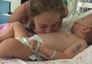 """Bé gái sơ sinh được cứu sống từ tay """"tử thần"""" nhờ hành động kì lạ của chị gái"""