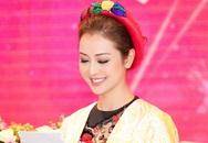 Jennifer Phạm mặc áo dài 5.000 USD khi làm MC