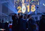Cả nghìn người đổ ra đường từ chập tối đón năm mới 2018
