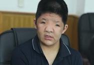 Con trai NSƯT Quốc Tuấn liên tục gạt nước mắt khi thấy bố nghẹn ngào