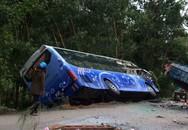 Xe khách lao vào xe tải đậu bên đường, hai người chết
