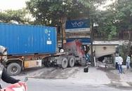 Hà Nội: Container húc xe bồn, tông vào nhà dân