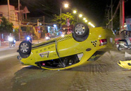 Taxi lật ngửa sau cú đâm liên tiếp, 4 người bị thương