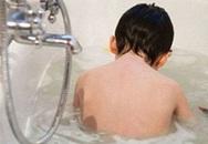 Giúp việc sơ sểnh, bé 1 tuổi chết đuối khi chơi trong bồn tắm