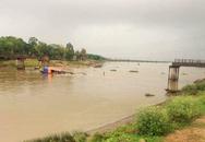 Tàu chở cát đâm sập cầu dài 100 m, 4 người rơi xuống sông