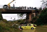 Taxi rơi xuống cầu, 4 người nhập viện