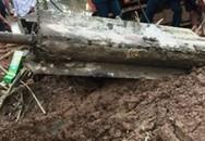 Hà Nội: Phát hiện tên lửa dài hơn 3m sót lại dưới lòng sông