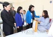 Chủ tịch Quốc hội thăm, tặng quà bệnh nhân ung thư
