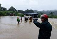 Thanh Hóa: Xe ô tô bất ngờ chết máy giữa dòng nước lũ, 47 học sinh hốt hoảng bám dây thừng tìm đường vào bờ