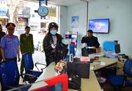 Người dân hiếu kỳ xem dựng lại hiện trường vụ cướp ngân hàng ở Huế