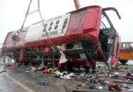 Xe giường nằm đâm vào giải phân cách lật nghiêng, 2 người tử vong
