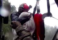 Trực thăng kéo nhân viên cứu hộ khỏi dòng lũ, dân mạng rớt nước mắt với thứ mà ông ôm chặt