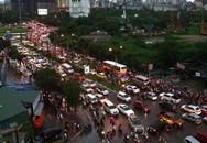 Người dân chật vật về nhà trong cảnh mưa ngập, rối loạn giao thông