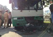 Va chạm với xe buýt, 2 ông cháu mắc kẹt dưới đầu xe, 1 người tử vong