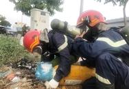 """""""Vật thể lạ"""" nghi chứa chất lỏng cực độc vứt bên đại lộ ở Sài Gòn"""