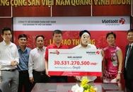 Người đàn ông đeo mặt nạ dị tật nhận thưởng 30 tỷ đồng