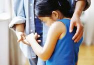 Cách một chuyên gia dạy trẻ phản ứng khi người lớn đòi ôm, thơm