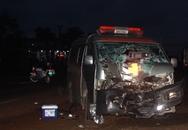 Xe cấp cứu tông trực diện xe máy trong đêm, 2 người thương vong