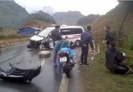 Xe cứu thương đâm vào lan can đường, 3 người bị thương nặng