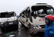 Xe khách chở bảy người lao qua dải phân cách, bị xe bồn đâm nát