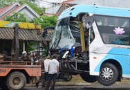 Tài xế thoát chết trong gang tấc sau khi xe khách giường nằm nát đầu sau cú húc vào đuôi xe tải