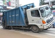 Xe chở rác lọt 'hố tử thần' ở trung tâm Sài Gòn