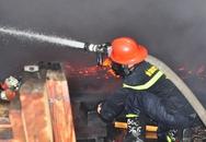 Xưởng gỗ cháy dữ dội nhiều giờ lúc rạng sáng