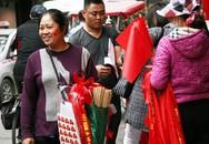 Người Hà Nội nô nức đi mua cờ, băng rôn để chuẩn bị cho trận chung kết lịch sử
