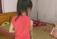Bé gái 6 tuổi thơ ngây kể lại giây phút bị hàng xóm kéo vào buồng xâm hại
