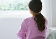 Mẹ đạp cửa nhà hàng xóm, phát hiện con gái 10 tuổi bị xâm hại