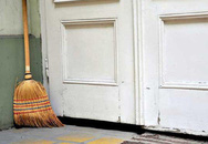 Để chổi quét nhà trước cửa, lỗi sai phong thủy nghiêm trọng nhà nào cũng mắc