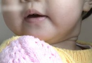 Con gái hơn 1 tuổi bỗng buồn nôn khó chịu, mẹ vội vàng vỗ lưng con, không thể tin nổi thứ mà cô bé phun ra khỏi miệng