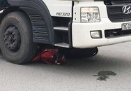 Xe máy bị cuốn vào gầm xe tải, hai mẹ con tử vong thương tâm