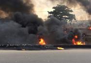 Mải 'hôi của' khi xe bồn chở dầu gặp nạn, 50 người chết cháy, 100 người bỏng nặng