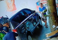 Người đàn ông đi xế hộp vào mua bánh gai rồi tiện tay bế trộm luôn chó của chủ quán