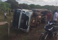 Xe tải chở trụ điện mất lái lao xuống vệ đường, 2 người thiệt mạng