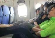 Người phụ nữ Trung Quốc gây phẫn nộ vì gác chân lên bàn ăn trên máy bay