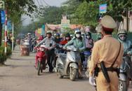 Sau clip gây xôn xao MXH, đoàn dài người vẫn rồng rắn dắt bộ xe máy ngược chiều trên vỉa hè đường Tố Hữu